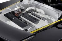 トヨタ製2ZZ-GEにルーツ式スーパーチャージャーを組み合わせたパワーユニットは255psを発生。写真をみればわかるとおりインタークーラーはエキシージより低い部分にレイアウトされており、そのぶん吸気系の取り回しは長いが重心の低下に寄与している。