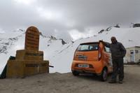 ドライバーのトーマス・チャコさんと「ナノ」。カルドゥン・ラにて。ちなみに「ラ」とはチベット語で「峠」の意味とか。