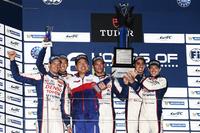 表彰台にて、笑顔を見せるトヨタ・レーシングのドライバーと、木下美明チーム代表。(写真=トヨタ自動車)
