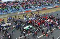 レース前、ファンでにぎわうグリッドの様子。予選では豪雨に見舞われた岡山だったが、決勝は一転、晴れのスタートとなった。