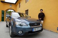 「アウトバック」と自動車ジャーナリストの河村康彦氏。