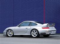 「GT3のスポーツ性と911ターボのパフォーマンスを超えるモデルとして開発された」(プレス資料)GT2。ターボモデルより42psアップの462psを発生するフラット6、軽いボディ、そして標準装備された「セラミックコンポジットブレーキ」によって、ストッピングパワーも強化された。911ターボとの外観上の違いは、フロントのエアインレットがより外側に移され、車高が20mm落ち、タイヤが、(前)235/40R18(後)315/30R18と、ひとまわり大きくなったことなど。なお、GT2のトランスミッションは、6段MTのみだ。