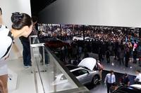 北京ショー会場内、北京現代のブースでショータイムが始まったところ。2階にいたコンパニオンも気になって、思わずのぞき込む。