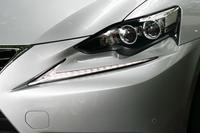 レクサス車共通のアイコンとなっている、L字型のポジショニングランプ。新型「IS」では、コンビランプの外側前方に独立して配される。