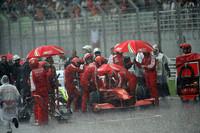 レース開始後1時間して赤旗中断。約1時間、雨降りしきるコース上にマシンは停まったままだった。(写真=Ferrari)