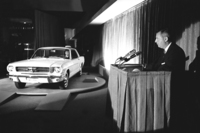 ニューヨーク・ワールドフェアにて行われた、「フォード・マスタング」の発表会の様子。