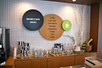 クルマ情報を眺めながらくつろげる「WOW!CAFE」。各種ドリンクが楽しめる。
