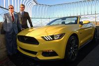 50年前と同じ方法でエンパイアステートビルに展示された、新型の「フォード・マスタング」。ともに写っているのはフォードのビル・フォード会長(手前)と、エンパイアステート・リアルティー・トラストのアンソニー・マルキンCEO(奥)。