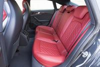 先代で2人掛けだった「S5スポーツバック」の後席は、新型では3人掛けとされた。
