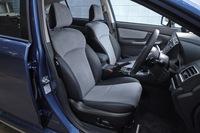 上級グレードの「ハイブリッド2.0i-S EyeSight」には、青いステッチが施されたスエードと合皮のコンビシートが装備される。