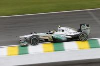 今季前半は最速マシンとしてポールポジション8回を獲得したメルセデス。飛躍の年であったことは間違いないが、ピレリタイヤをうまく使いこなせず、優勝数は3勝(ロズベルグ2勝、ハミルトン1勝)にとどまった。コンストラクターズチャンピオンシップ2位の座をかけた最終戦、ロズベルグは予選2位から5位、ハミルトン(写真)は途中接触のペナルティーを受け大きく後退するも9位入賞を果たし、ランキング3位のフェラーリを6点上回り1年を終えた。(Photo=Mercedes)