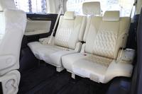 サードシートの中央には、左右席用のセンターアームレストが標準装備される。