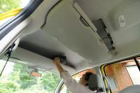 サイドエアバッグが付いたため、先代で後席両側にあった収納スペースは頭上に移動。前席上方の収納は、先代同様。