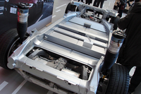こちらは「モデルS」のベアシャシー。写真奥が車体前方にあたる。中央、板状に見えるフロアパネルの中に、数千個(テスラ発表)のバッテリーが敷き詰められている。