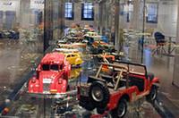 「赤レンガ倉庫」の屋内スペースには、自動車ジャーナリスト川上完氏所有の「ミニチュアカーコレクション」や、クレイアーティストの熊田憲明氏の「オールドメルセデス模型」、メルセデスベンツやクライスラー/ジープの「ヒストリックカー写真」などが展示された。