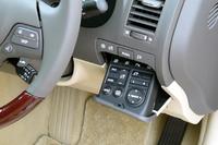 ミラーの調節スイッチや距離計のリセットボタンは、インパネ右側のボックス内に。サスペンションなどの調節スイッチは肘掛の下に収納される。(W)