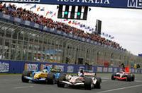 フェリッペ・マッサらがオープニングラップでクラッシュし、1回目のセーフティカー導入。再スタート、冷えるタイヤで充分なグリップを得られないジェンソン・バトン(写真手前右)を、アロンソ(左)があっという間にとらえ、首位は逆転した。(写真=Renault)
