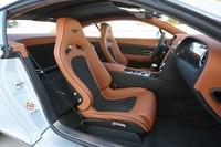 シートには豪華な装飾が施されてはいるが、形状はスパルタン。通常のシートより1脚あたり21kg(!)も軽い。