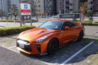「日産GT-Rプレミアムエディション」。ボディーカラーはアルティメイトシャイニーオレンジ。日産プリンス東京・亀戸店には2台の試乗車が用意されている。