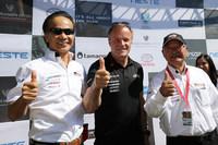 チーム代表のトミ・マキネン氏(中央)と、ガズーレーシングカンパニー プレジデントの友山茂樹氏(左)、同エグゼクティブアドバイザーの嵯峨宏英氏(右)。