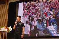 インディ500で日本人ドライバーとして初めて優勝した佐藤琢磨選手。写真は東京・青山で行われた凱旋(がいせん)報告会より。