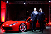 フェラーリの最新モデル「488GTB」と、フェラーリ・ジャパン 代表取締役社長のリノ・デパオリ氏(右)、フェラーリ極東エリア統括 マネージング・ディレクターのディーター・クネヒテル氏。
