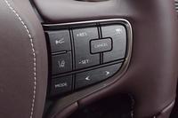 新型「LS」では、センシングの範囲を拡大した予防安全パッケージ「Lexus Safety System+A」が用意される。写真は、ステアリングホイール上に設けられた、安全装備の操作スイッチ。