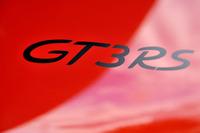 """パワーアップと軽量化で、「911 GT3」よりレーシングカーに近い内容を持つ「911 GT3 RS」。エンジンフードのオーナメントはステッカーとなるが、これも""""スポーツマンシップ""""の表れか。車両価格はGT3より618万円高価な2530万円。"""