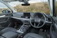 こちらは「アウディQ5」のコックピット。ドライバーを取り囲むようなデザインが与えられている。