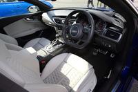 """アウディ車の場合、ステアリングホイールの握る位置は""""9時15分""""が推奨されている。特に「Sライン」などに装備されるDシェイプのステアリングホイールは、それに合わせた設計となっているので要注意。"""
