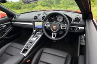 ステアリングは「918スパイダー」用をモチーフにした新デザインのものへ。また、エアコンの吹き出し口の形状も変わっている。