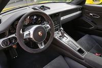 内装色は黒基調。各所にアルカンターラが配される。トランスミッションは7段PDKのみの設定。
