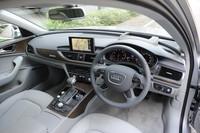 運転席まわりの様子。ダッシュボードからドアトリムへとつながるアーチ型のベルトラインが、デザイン上の特徴となっている。