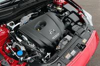 2リッターガソリンエンジン(155ps、20.0kgm)はアイドリングストップのi-stopと、キャパシターによる減速エネルギー回生システムのi-ELOOPを搭載する。JC08モード燃費は19.0km/リッター(標準仕様)。