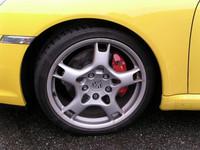 カレラSの標準装着タイヤは、フロントが235/35ZR19、リアは295/30ZR19インチとかなりファット。