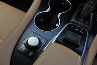 センターコンソールに備わる、走行モードの切り替えダイヤルや、インフォテインメントシステムのコントローラー。