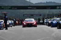 スタートの時を待つ、GT500クラスの各マシン。濃い影が、日差しの強さを物語る。
