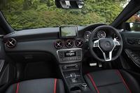 随所にあしらわれた赤いアクセントカラーと、カーボン調パネルが特徴的なインテリア。ほかのグレードとは異なり、HDDナビは標準で装備される。