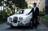 「ミツオカ・ビュート12LX」と同車のデザイナーを務める青木孝憲氏。