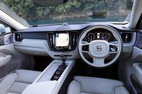 試乗車「XC60 T5 AWDインスクリプション」のインテリアは、ブラックとブロンドのツートンカラーで仕立てられていた。