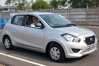 インドネシアで販売される日産のコンパクトカー「ダットサンGOパンチャ」の運転席にて、ご満悦の筆者。