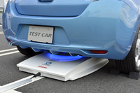 こちらはEV用の「非接触充電システム」のデモ。「電磁誘導方式」を採用しており、「地上送電ユニット」(車体の下に見える白い機器)から車体側の「受電ユニット」へ、文字通り非接触で電力を送る。安全性を考慮し、「日産リーフ」ならフル充電に約8時間かけるよう設定されている。