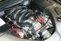4.7リッターV8エンジン。ベースモデルで青いカムカバーは、鮮やかな赤に塗られる。