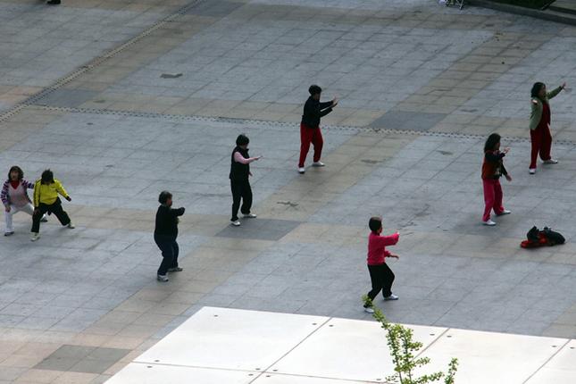 上海に着いた翌朝、宿からの風景。眼下の広場を見たら、おばちゃんたちの太極拳が始まっていた。
