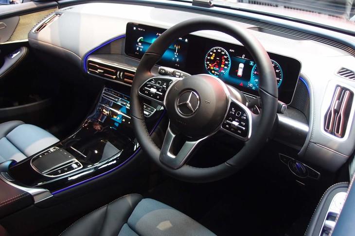 ステアリングホイールは、他のメルセデス・ベンツ車にも見られる形状。鮮やかなイルミネーションが目を引く。