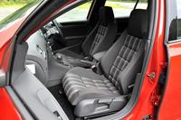 フロントシートはGTI専用のスポーツシート。GTI伝統のチェック柄を用いたファブリック地のほか、オプションでレザーシートが用意される。