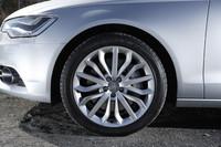 標準装備の15スポークスターデザインアルミホイール。タイヤサイズは255/40R19。