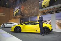 傍らで車両の説明をするのは、アウトモビリ・ランボルギーニ社長兼CEOのステファン・ヴィンケルマン氏。