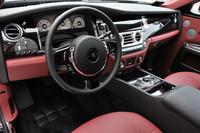 高級レザーとウッドで組まれた運転席まわり。さらに、多くのクロームパーツと毛足の長いカーペットがドライバーを包みこむ。