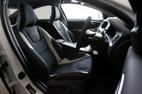 T-Tec/テキスタイル/本革のコンビネーション・スポーツシートは、オフブラック/セラミックライト/オフブラックでコーディネイト。フロントシートバックには、「R-DESIGN」のロゴが配される。